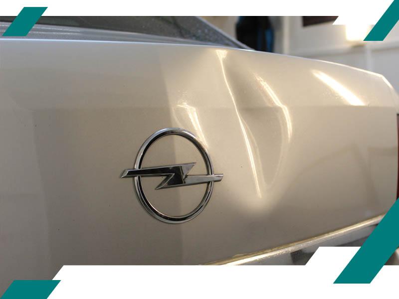 Вмятина на крышке багажника Opel фото